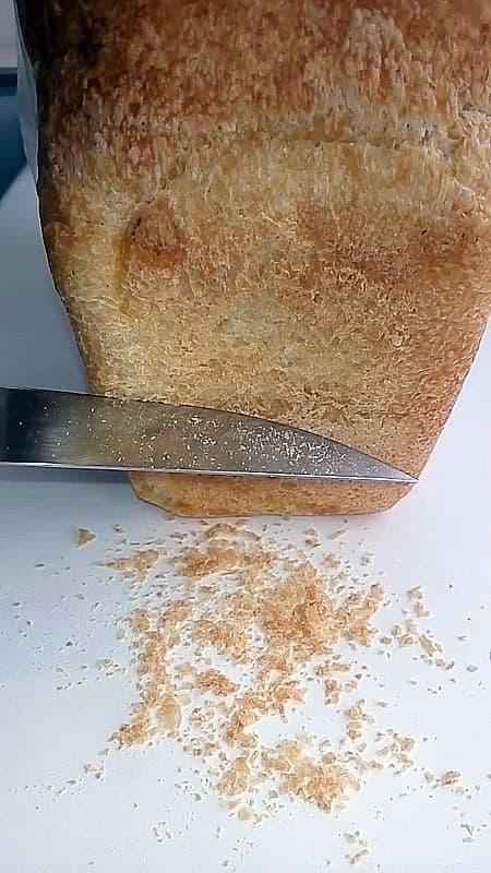 Корм для рыб хлебные крошки